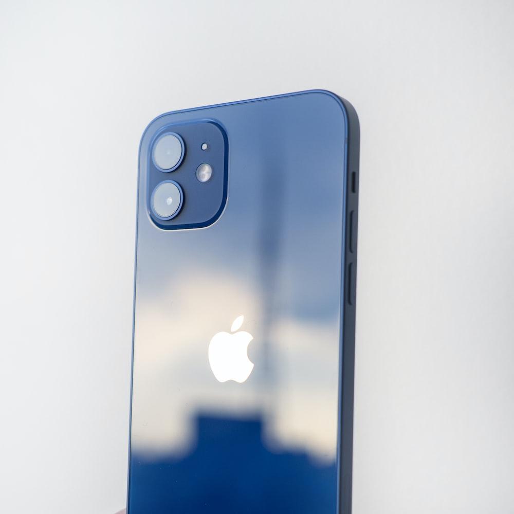 白いテーブルの上の青いiphone5 c