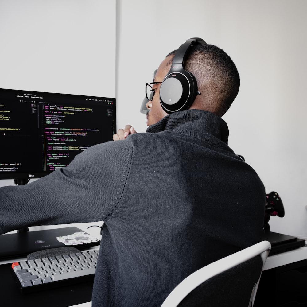 man in black long sleeve shirt wearing black headphones