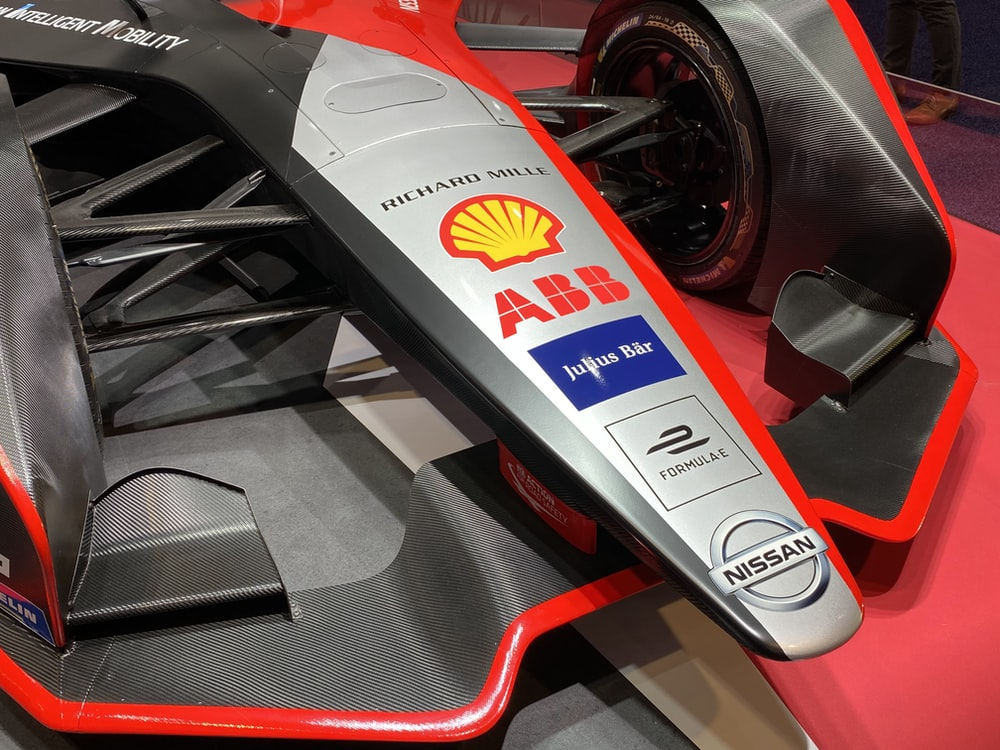 red and white f 1 car