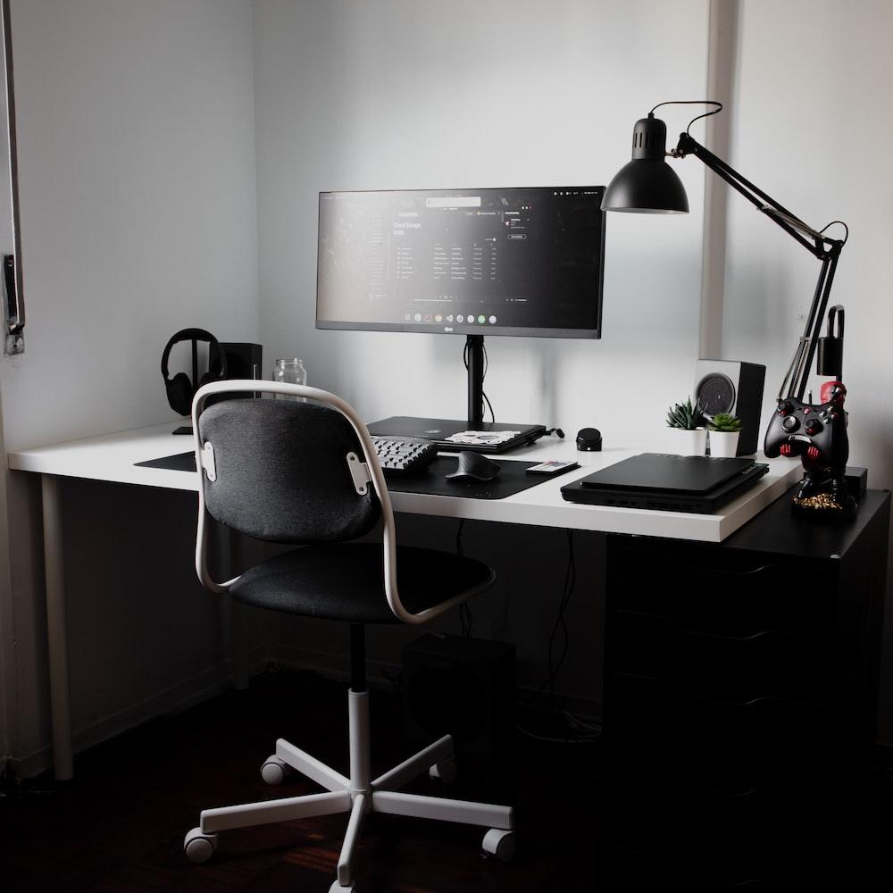 Para montar um home office ideal, você precisa de uma cadeira confortável, uma mesa grande, equipamentos básicos e boa iluminação.