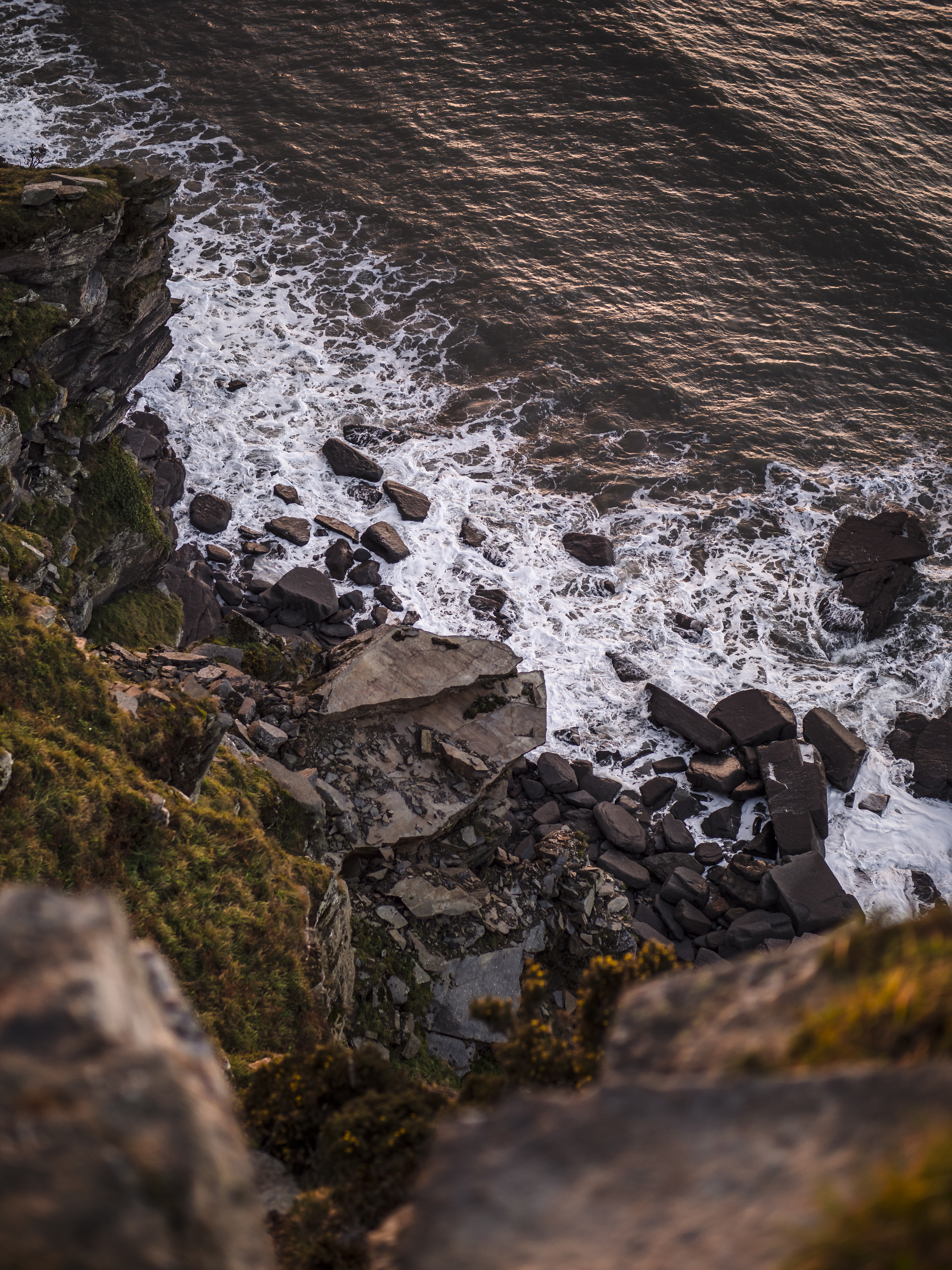 rocky-shore-with-rocky-shore-during-daytime