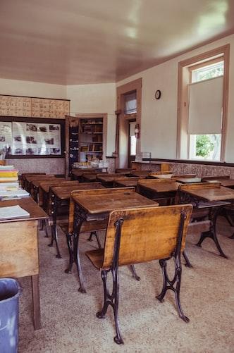 Des tables de classe.   Photo : Unsplash