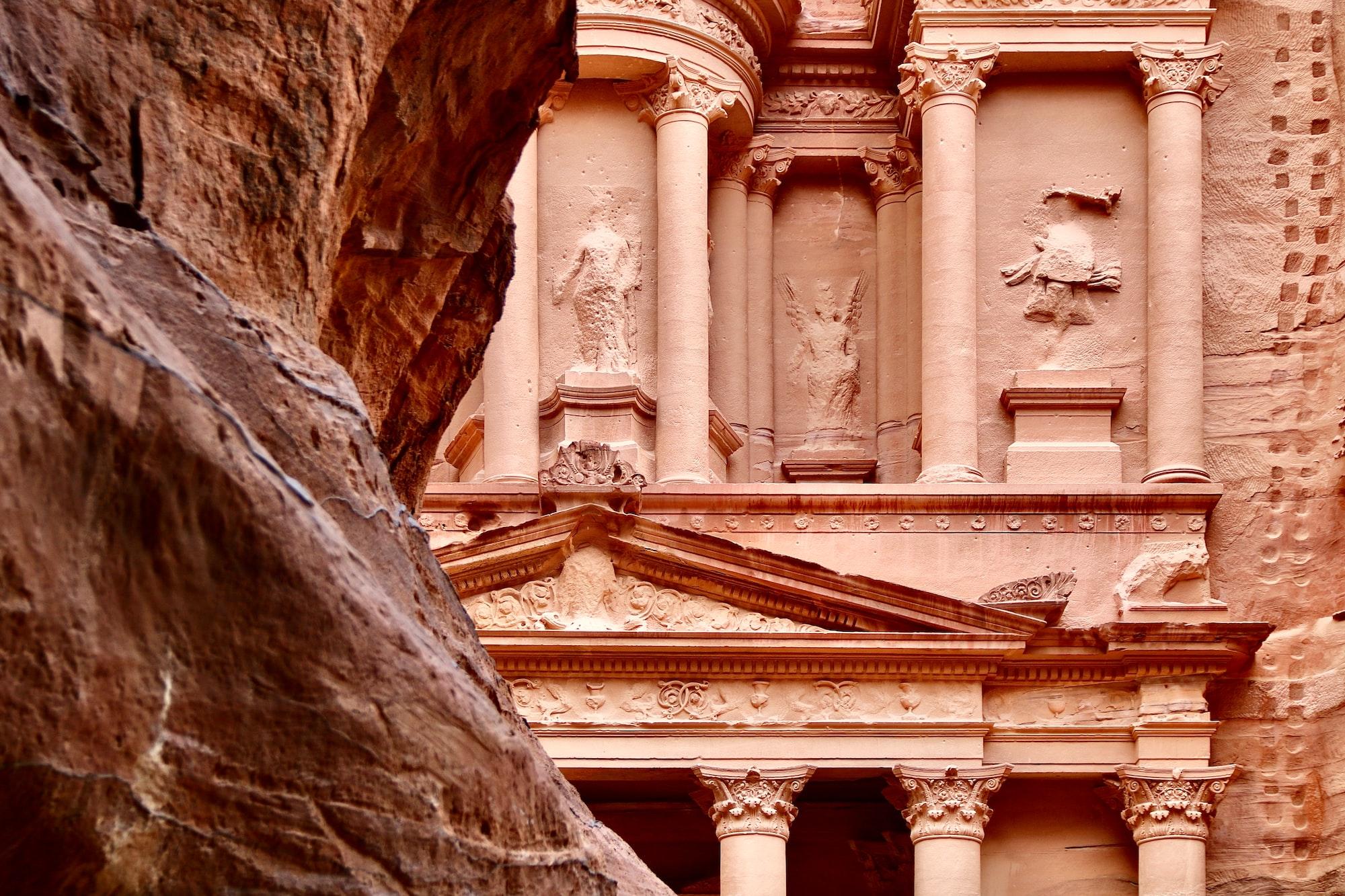 Petra - Wadi Musa, Jordan 🇯🇴  Petra  es un importante enclave arqueológico en Jordania, y la capital del antiguo reino nabateo, cuyos pobladores la llamaban Raqmu .1 El nombre de Petra proviene del griego πέτρα que significa piedra, y su nombre es idóneo ya que no se trata de una ciudad construida con piedra, si no literalmente excavada y esculpida en la piedra.  El asentamiento de Petra se localiza en un valle angosto, al este del valle de la Aravá que se extiende desde el mar Muerto hasta el Golfo de Aqaba. Los restos más célebres de Petra son sin duda sus construcciones labradas en la mis