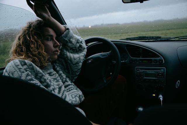 Seorang perempuan sedang melamun