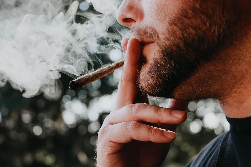 昼間にタバコを吸う男