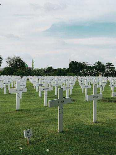 Image montrant des tombes. | Photo : Unsplash