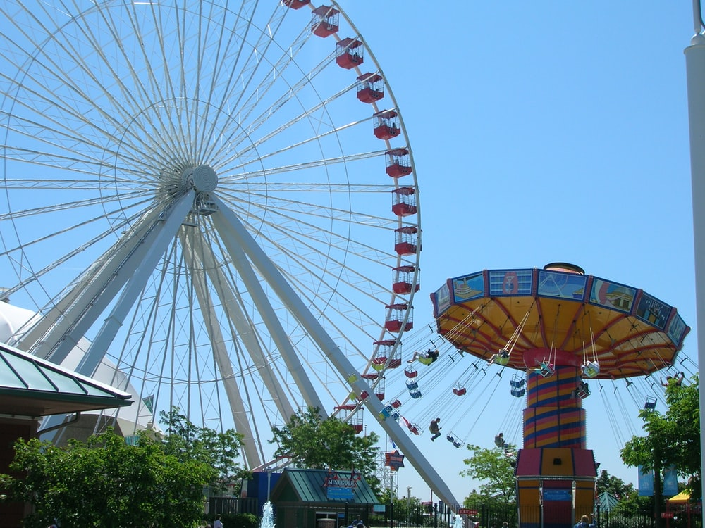 white and red ferris wheel