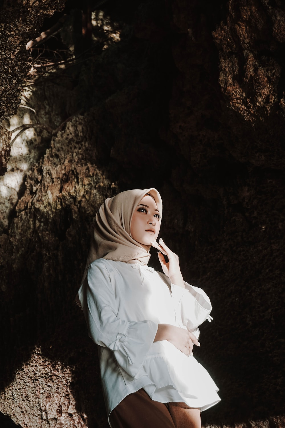 woman in white hijab and white dress