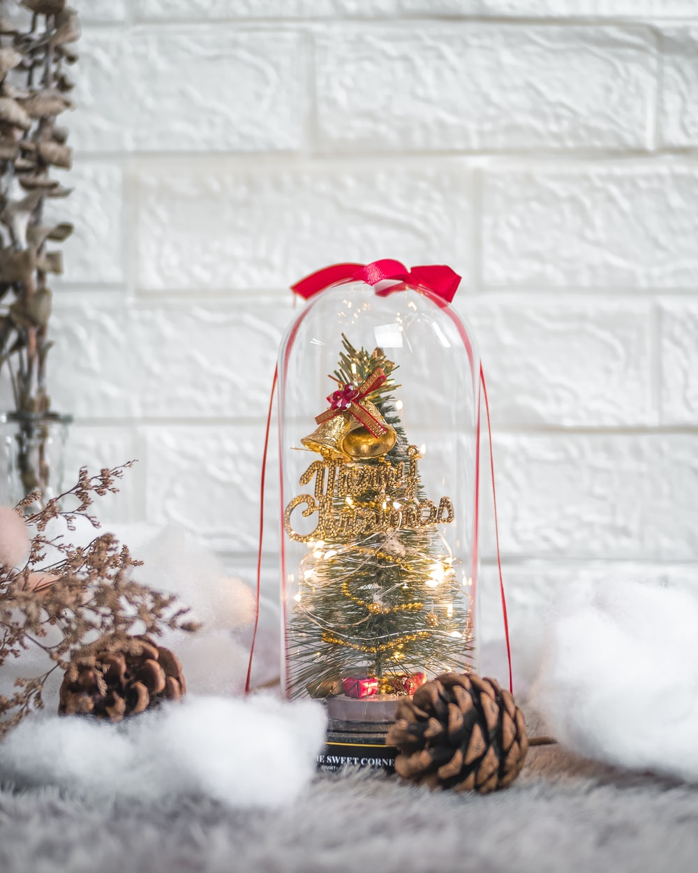 gold and red christmas tree ornament