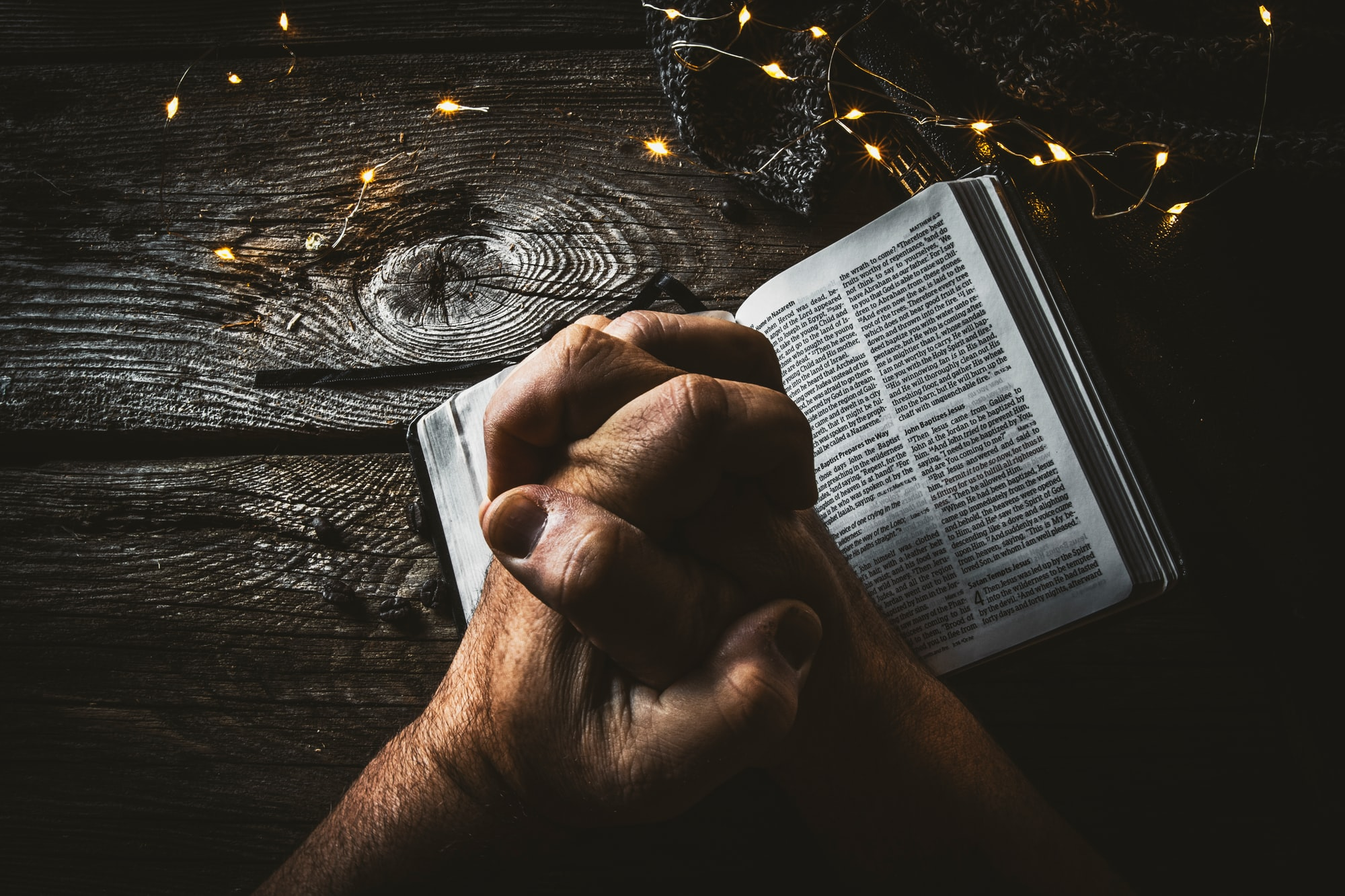 Pesquisa aponta que a maioria dos brasileiros passou a fazer mais orações durante o isolamento social