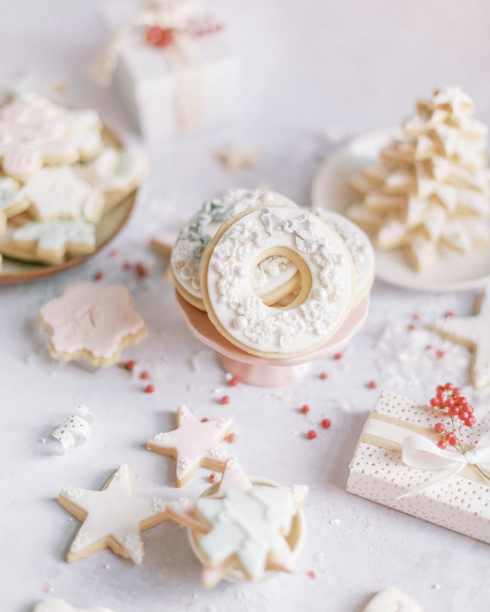 white and gold round frosted ornament cookies
