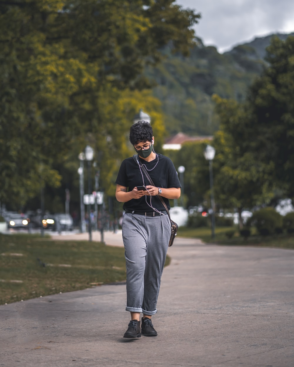 man in black t-shirt and gray pants playing golf during daytime