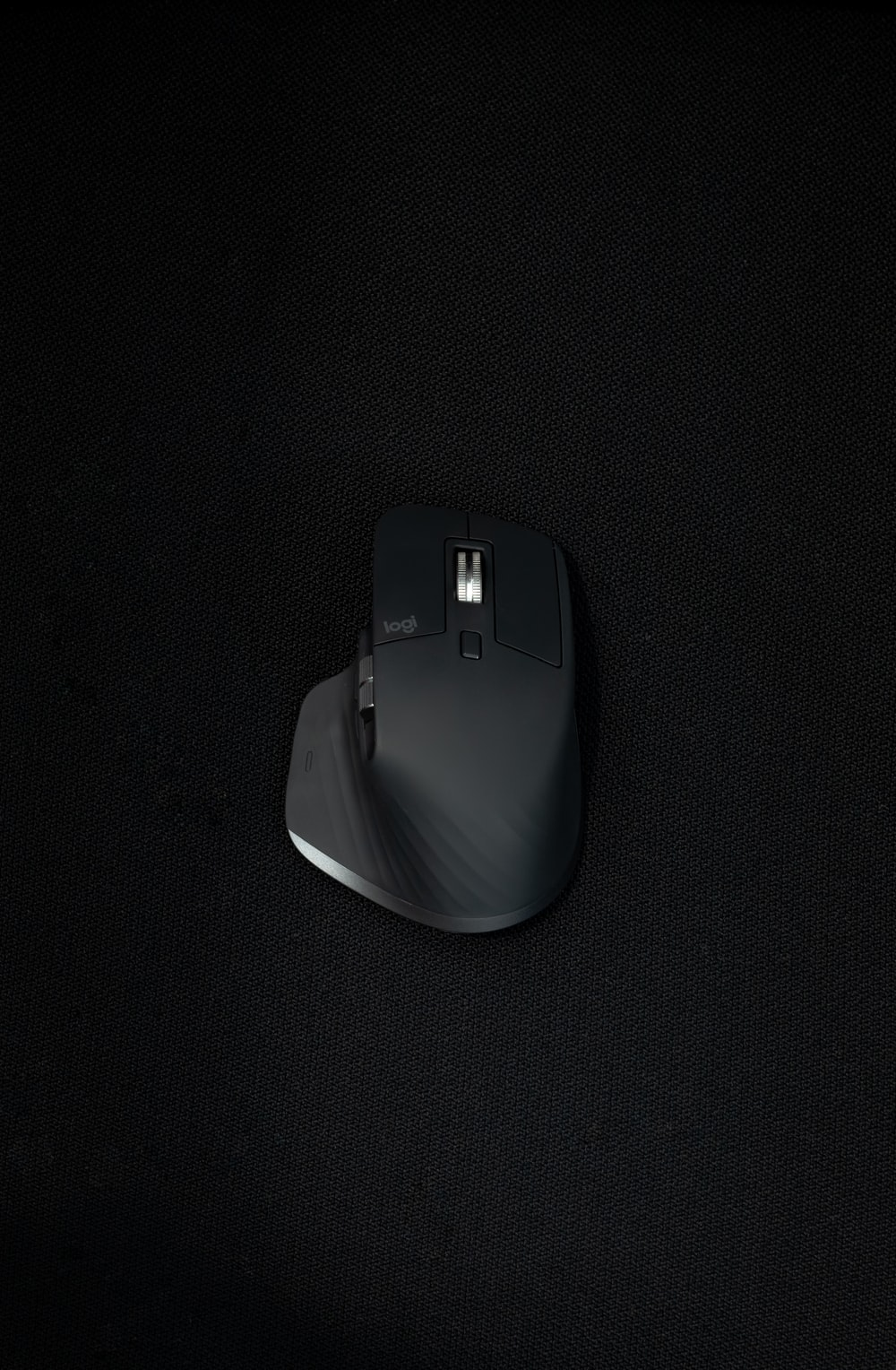 black and white cordless computer mouse