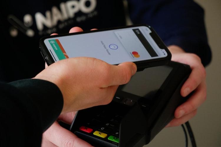 Ilustrasi transaksi cashless mempermudah pembayaran.
