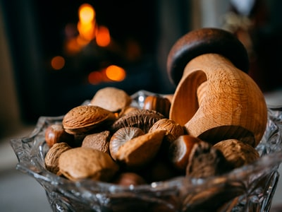 brown and white mushrooms in clear glass bowl