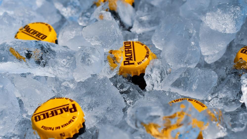 氷の上の黄色と黒の丸い容器