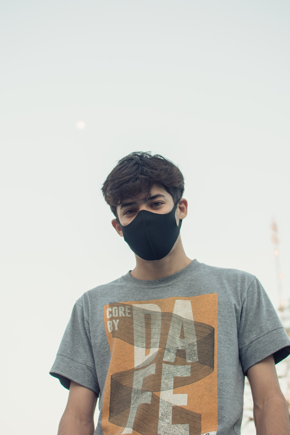man in gray crew neck t-shirt wearing black goggles