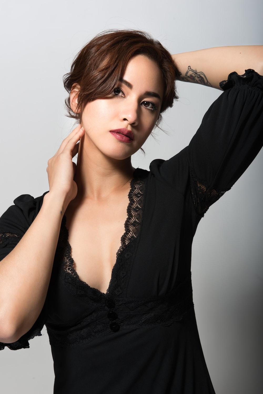 woman in black v neck shirt