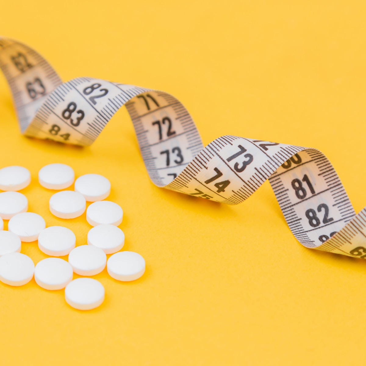 suplementos deportivos, white round medication pill on yellow surface