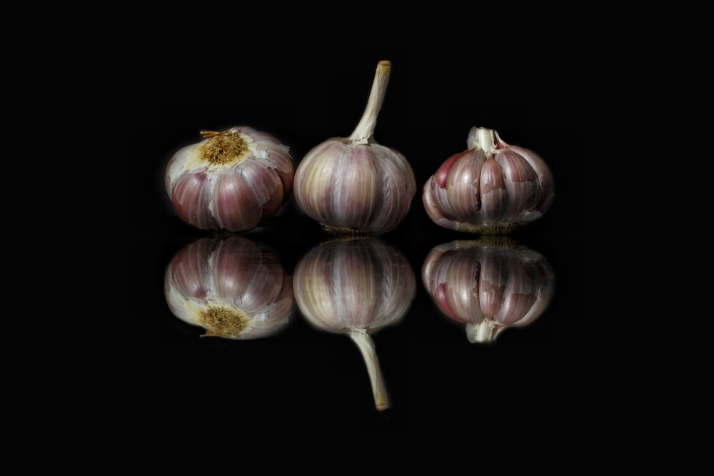 white and red garlic bulb