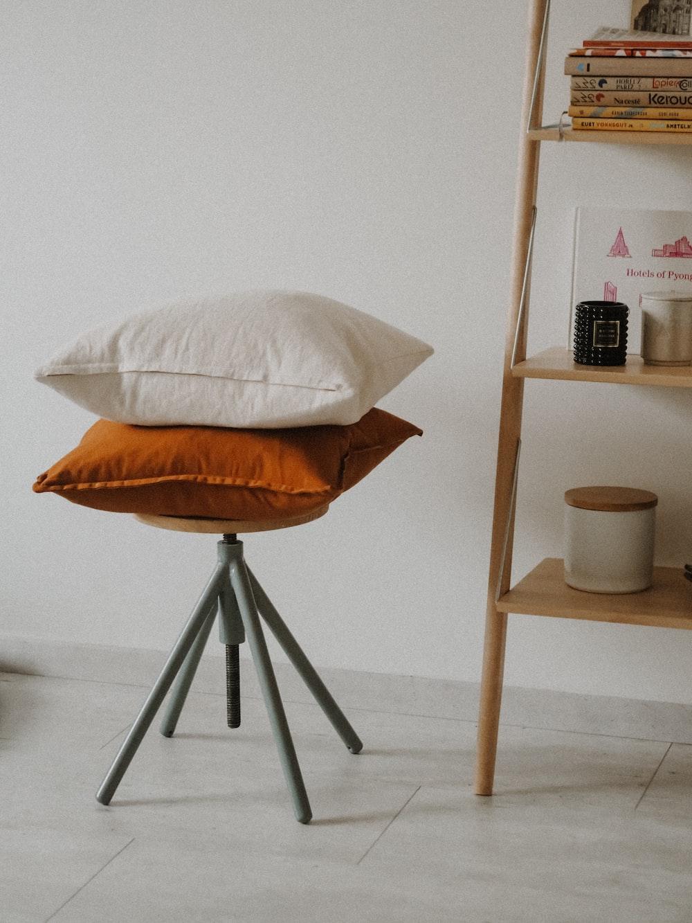 white round table with white round pillow