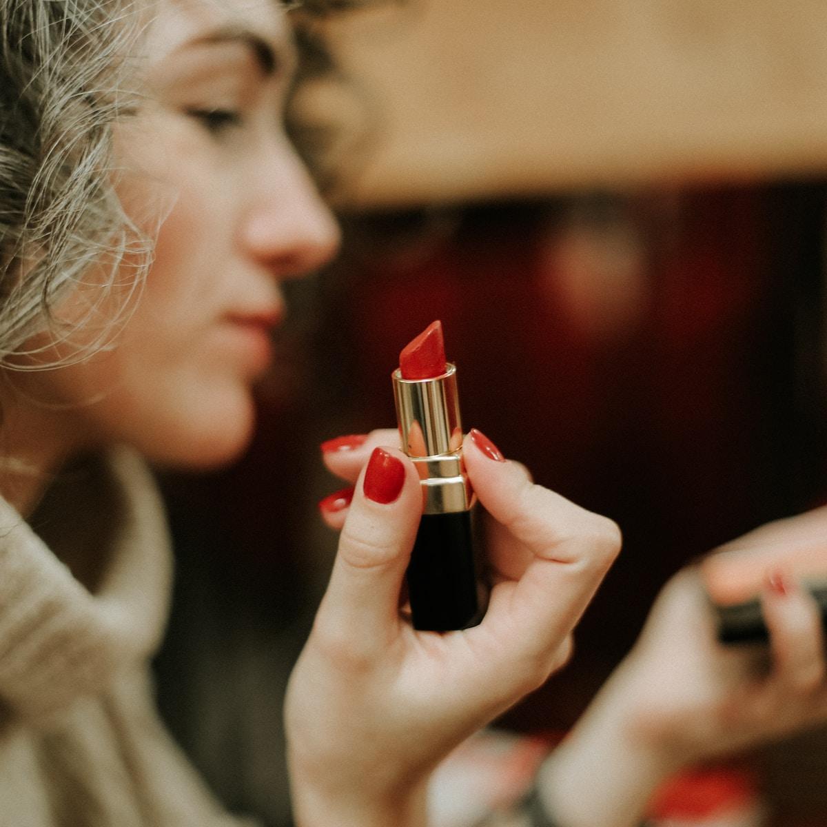 pintalabios, caducidad, woman in gray sweater holding lipstick