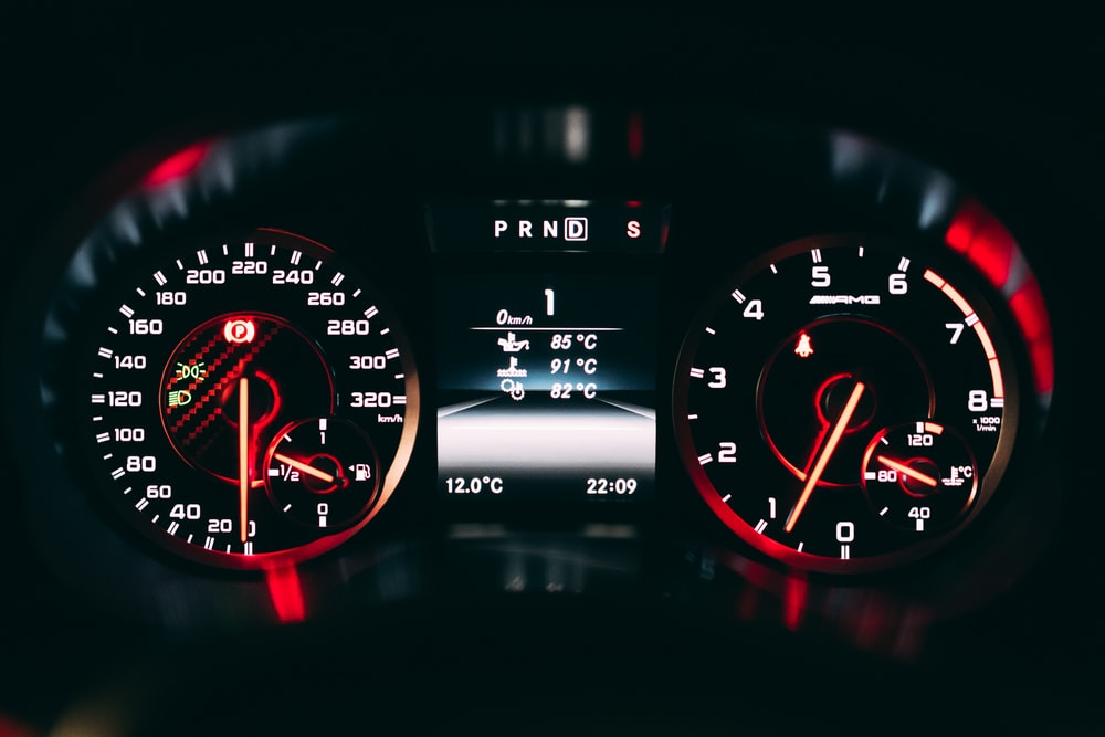 black and red analog speedometer