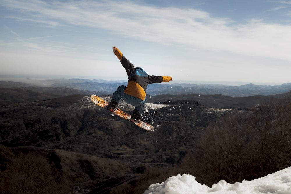 man in blue jacket and black pants doing snow ski during daytime