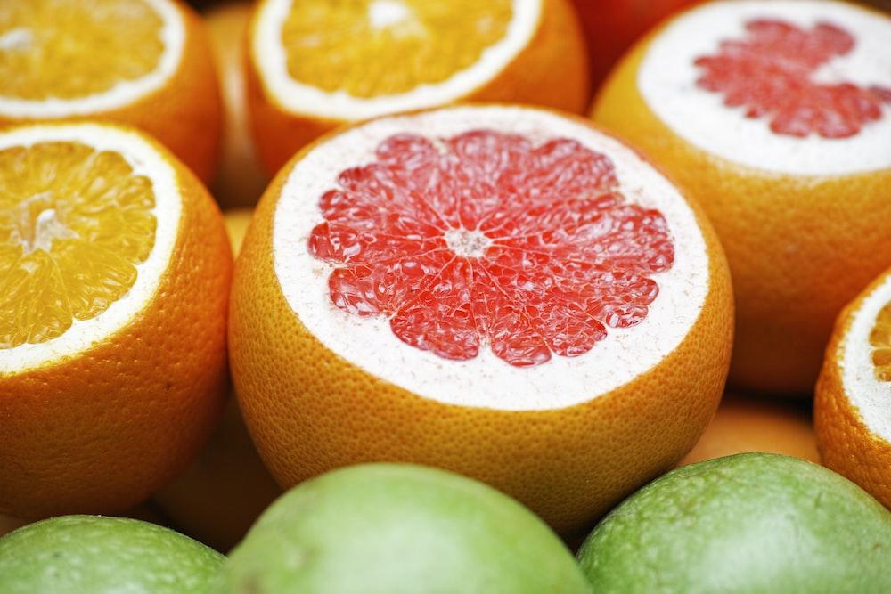 緑の果実にオレンジ色の果実