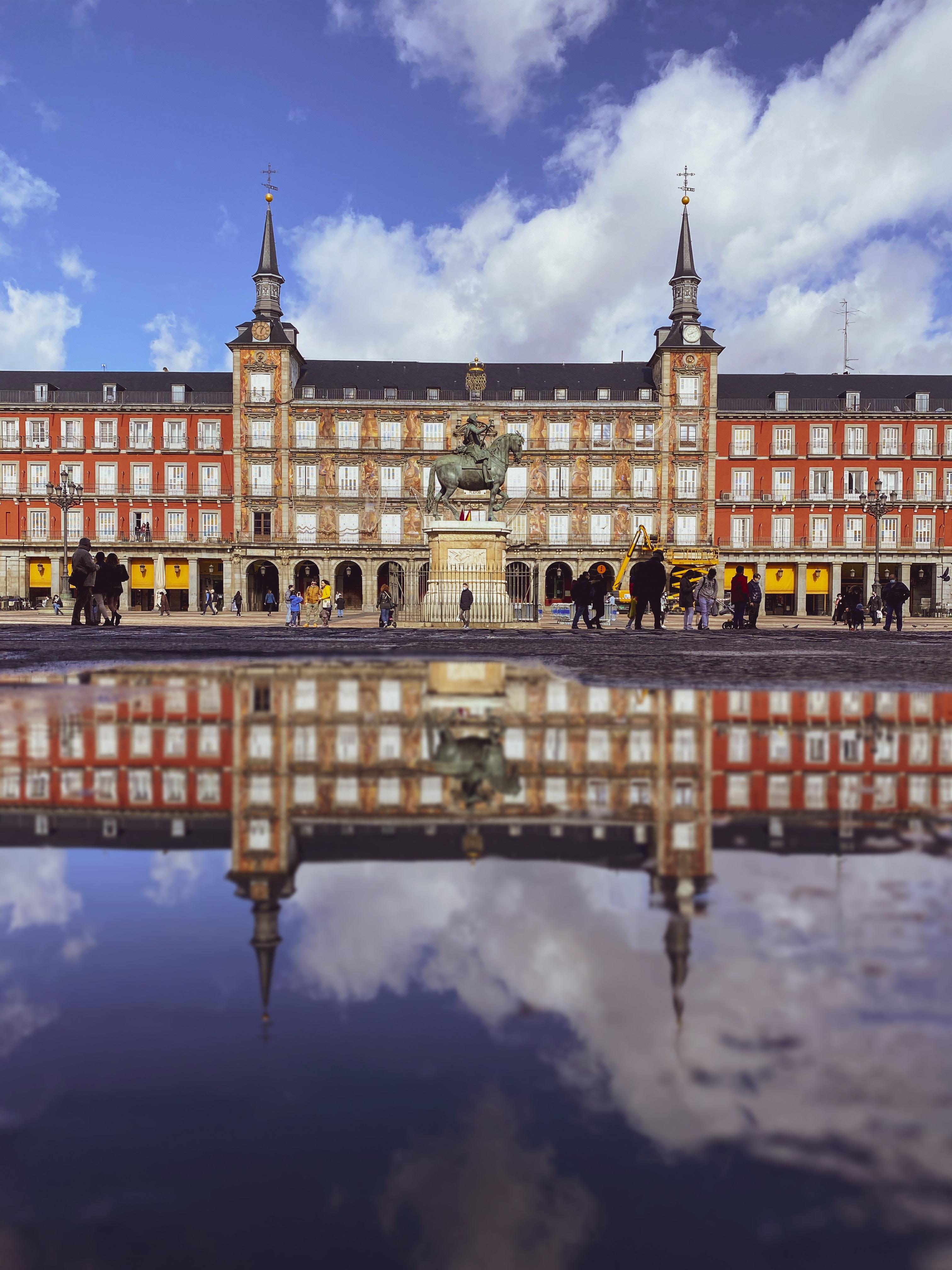 Vista de la Plaza de Mayor de Madrid con reflejo en agua