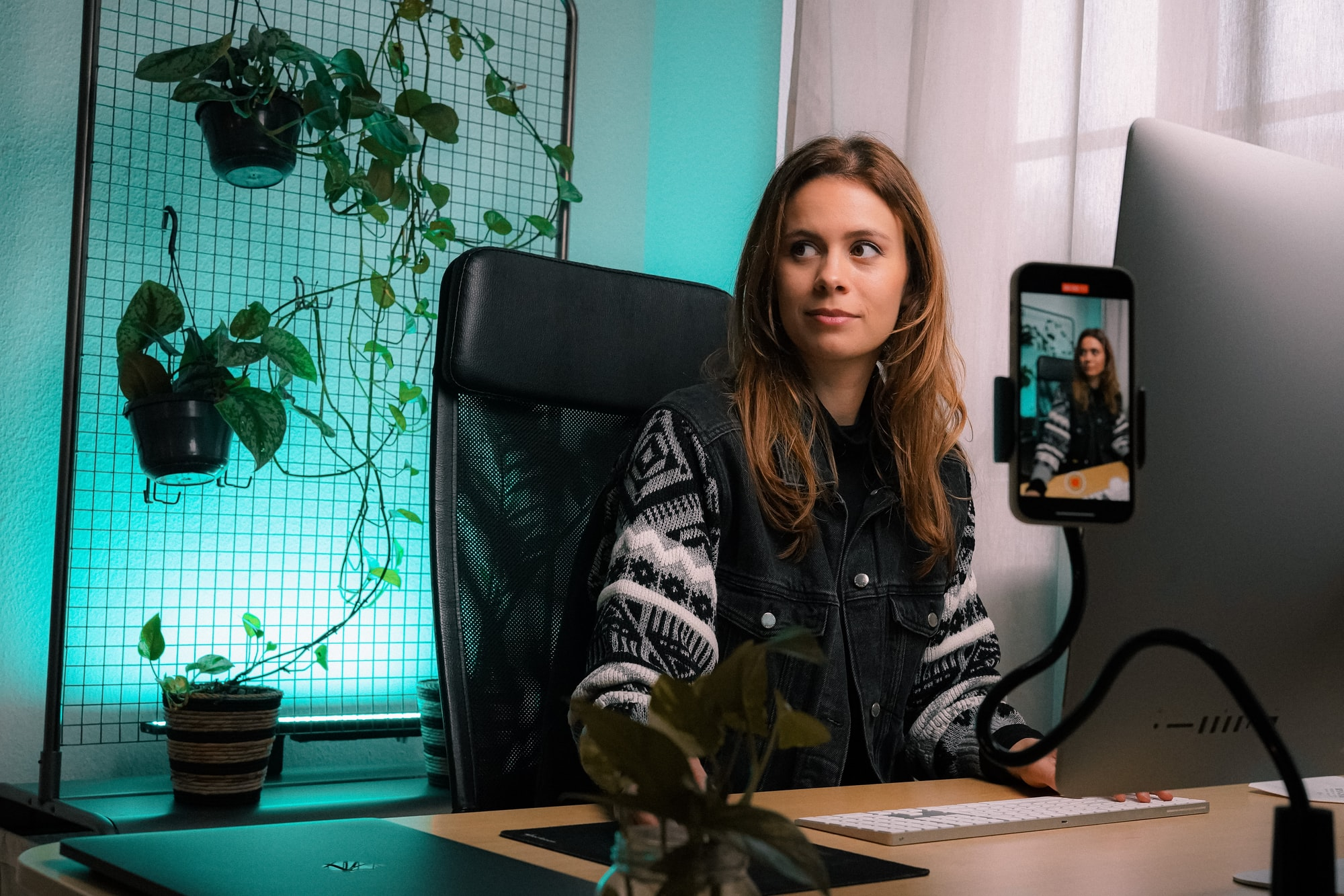 Jenny Ueberberg, female entrepreneur working in an office and making videos.