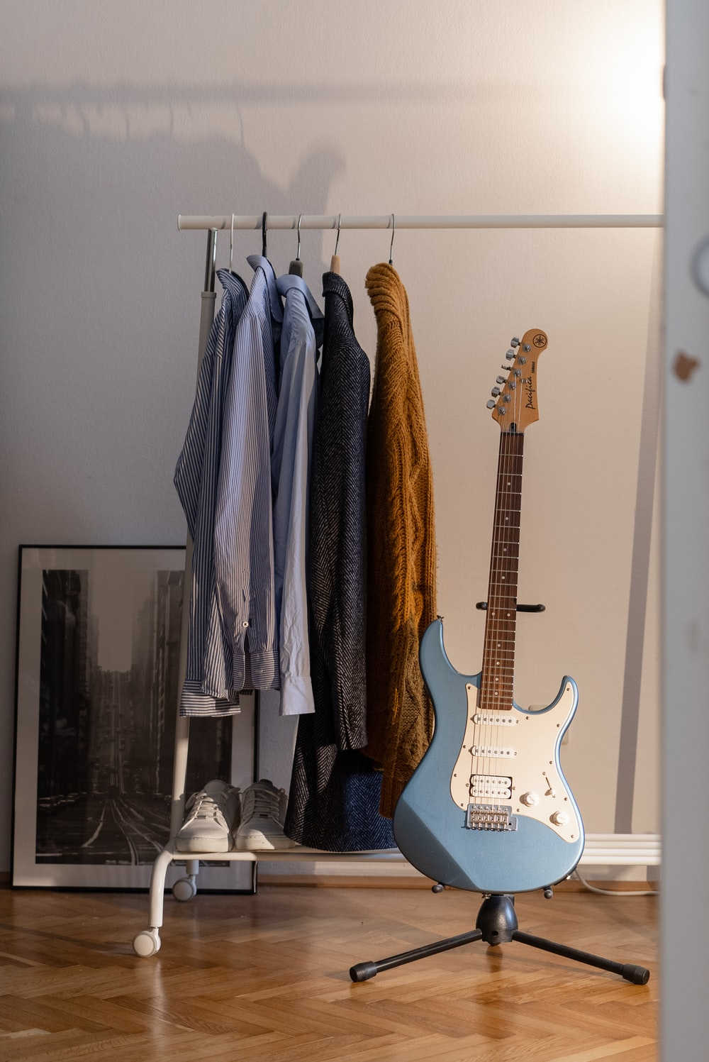 brown and white stratocaster electric guitar