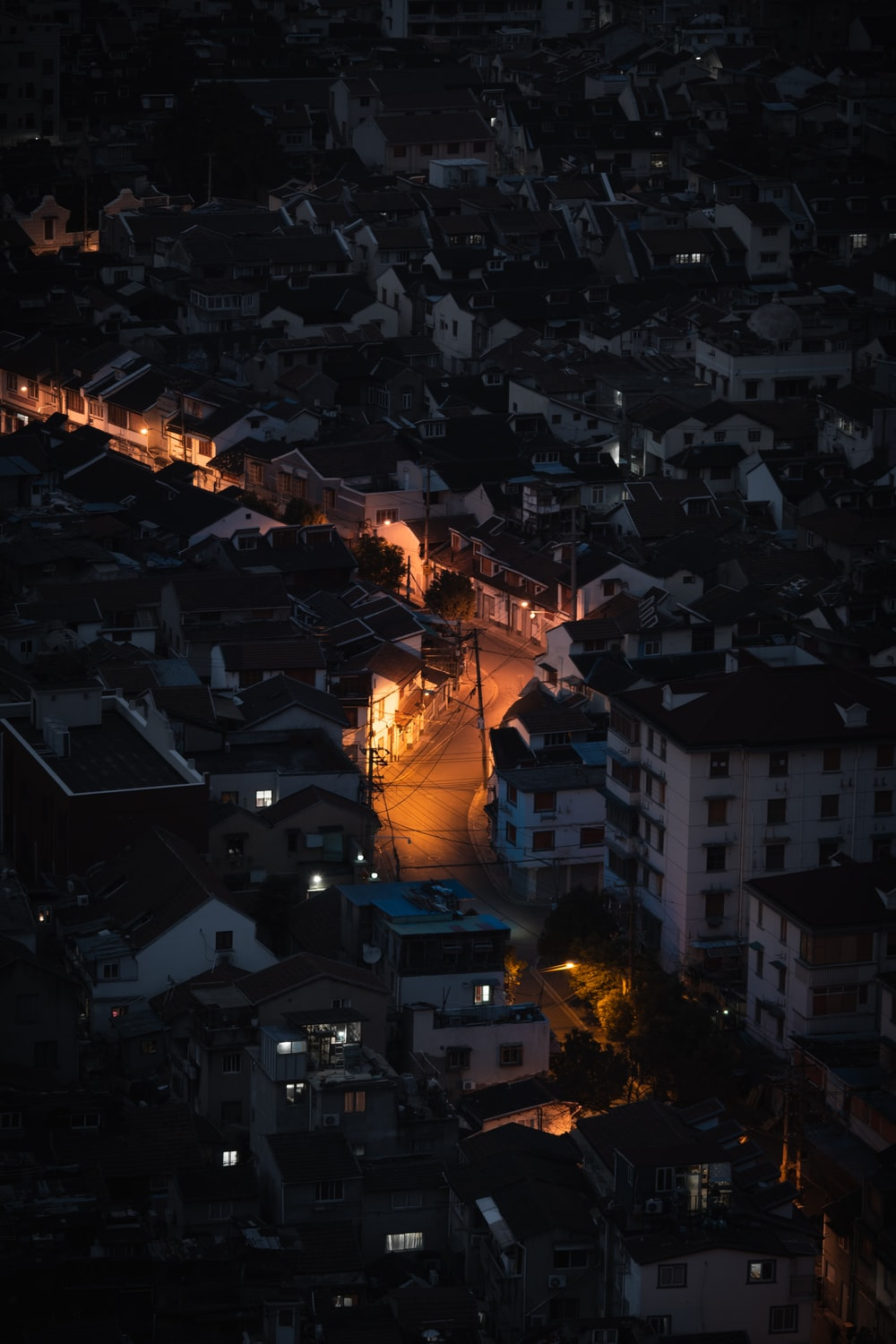 burning building during night time