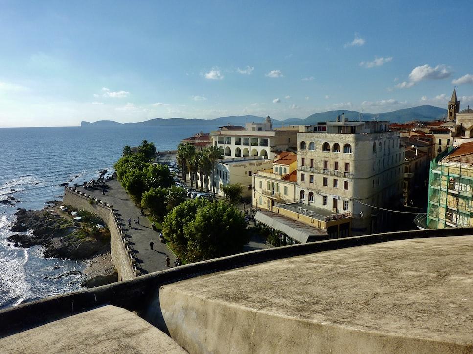 Impressie van de stadsmuur van Alghero 1 van de 5 mooiste steden van Sardinië