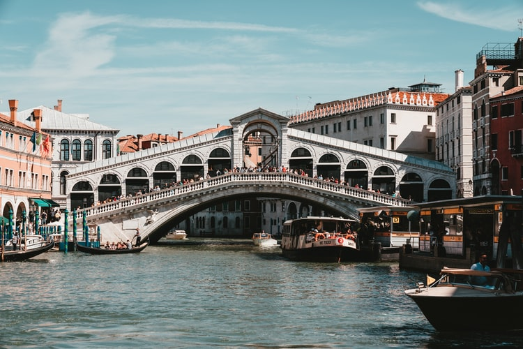 Cross the Rialto Bridge for a Stroll - Top 6 things you can do for free in venice