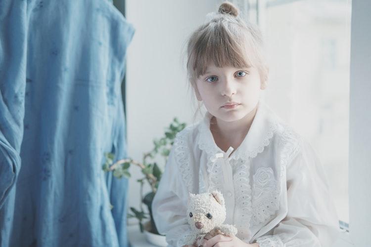 Une petite fille triste.   Photo : Unsplash