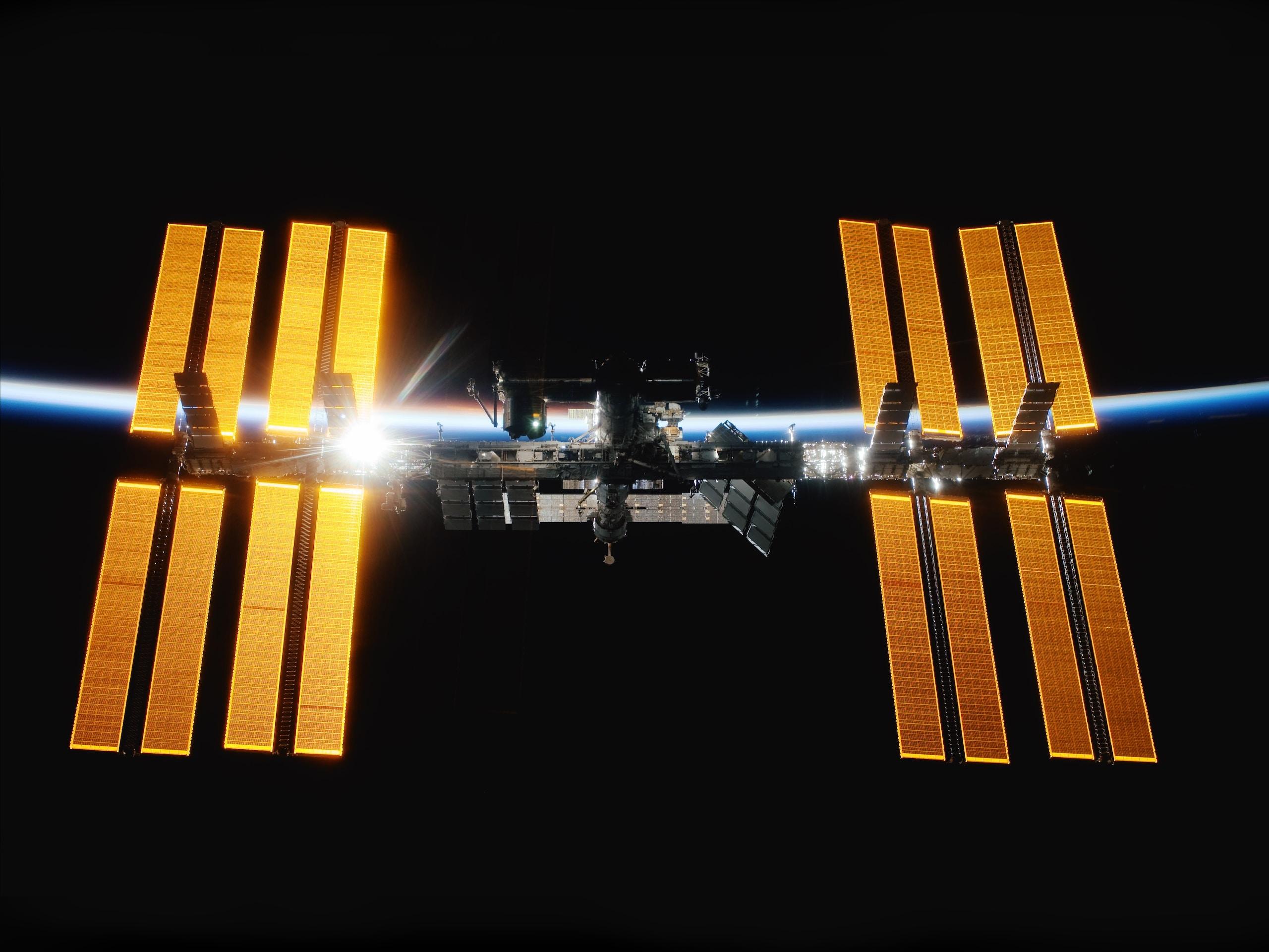 bacterias del espacio, International Space Station orbits earth