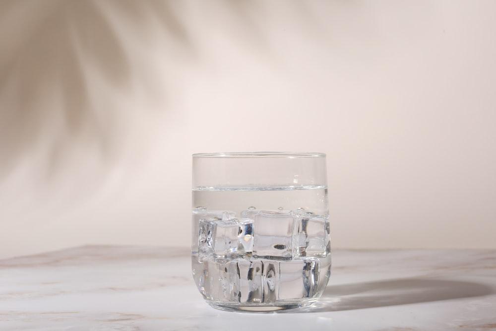 白いテーブルに透明なグラス