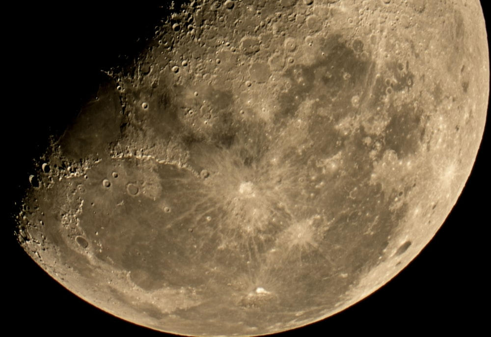 close up photo of moon