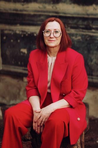 Une femme portant des vêtements de couleur rouge.   Photo : Unsplash