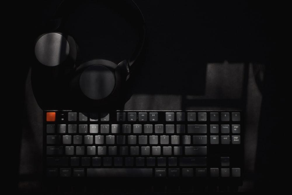 black and white computer keyboard