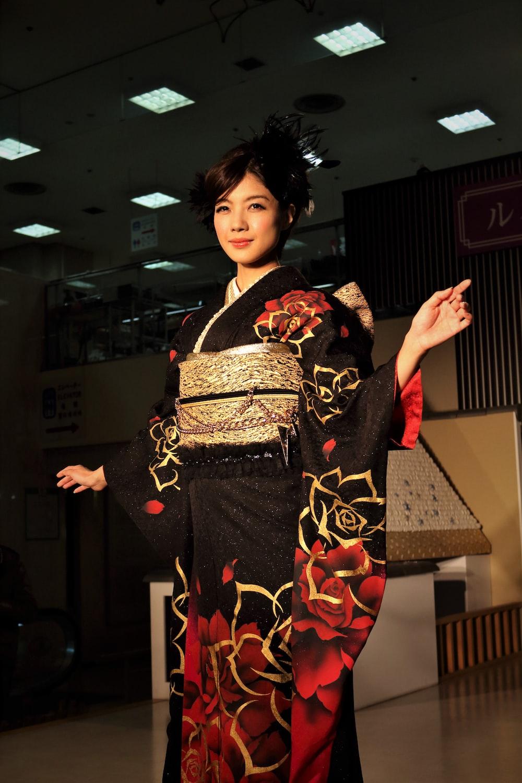 woman in black red and white kimono
