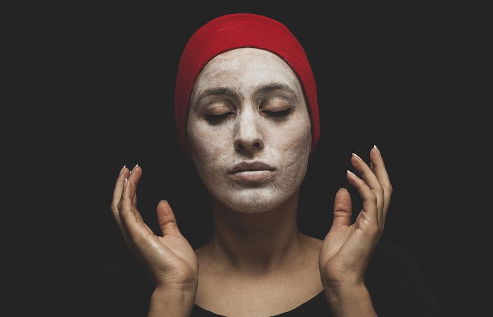kobieta z czerwonym hidżabem na głowie