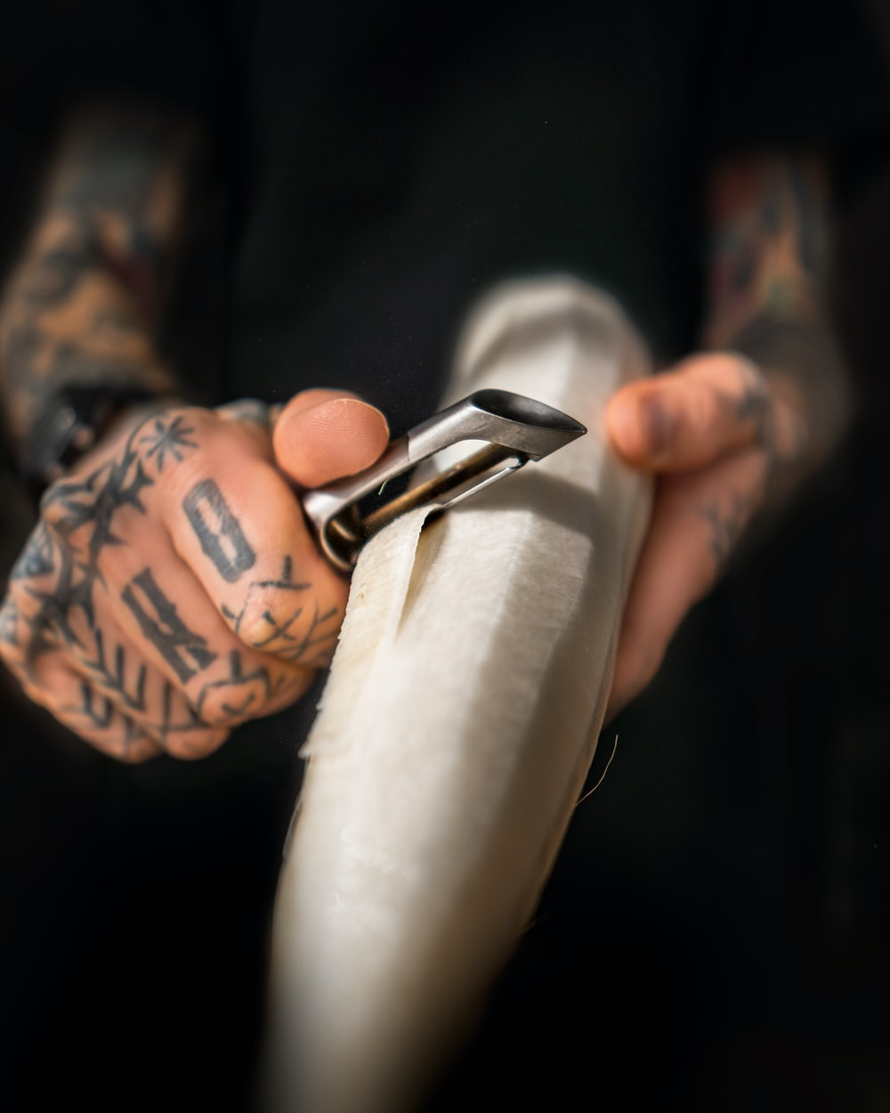 person holding black and silver scissors