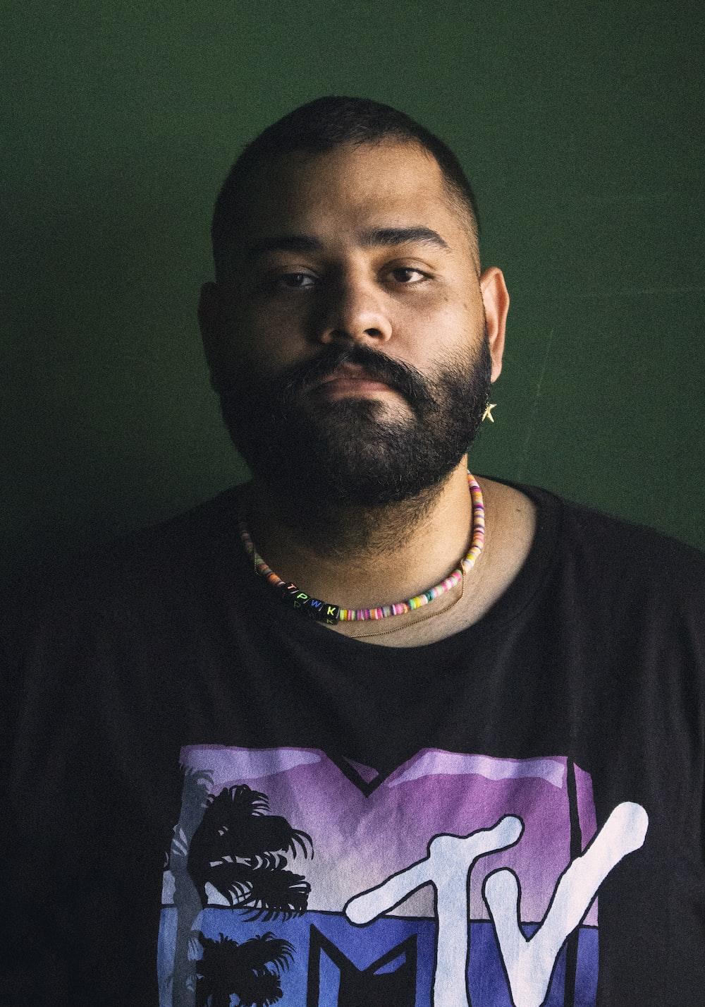 man in black crew neck shirt