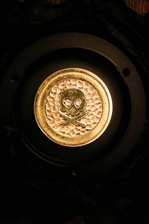 black and gold round decor