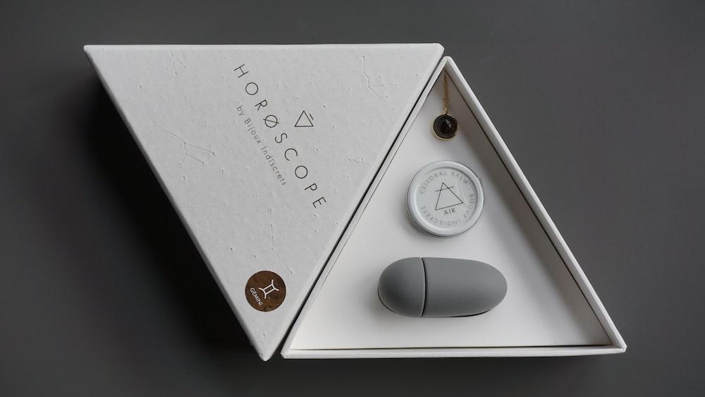 white and brown analog gauge