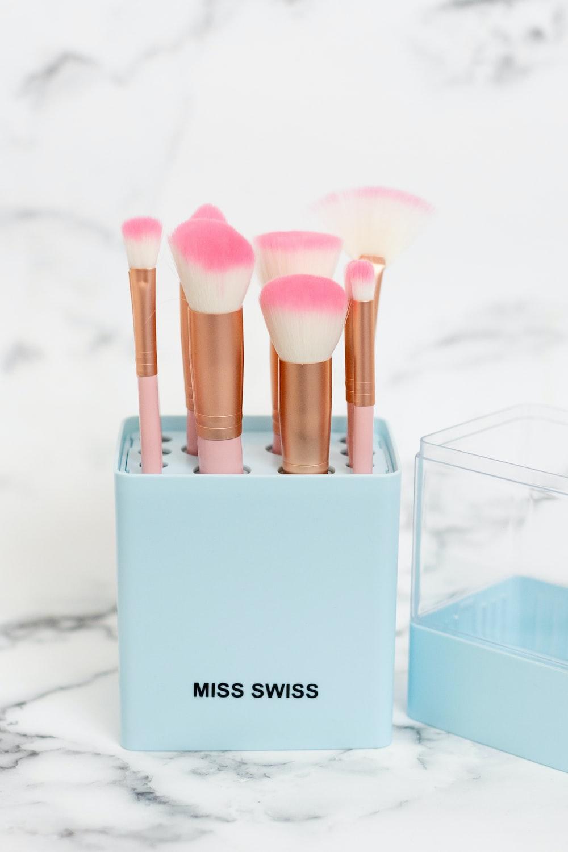 white and pink make up brush