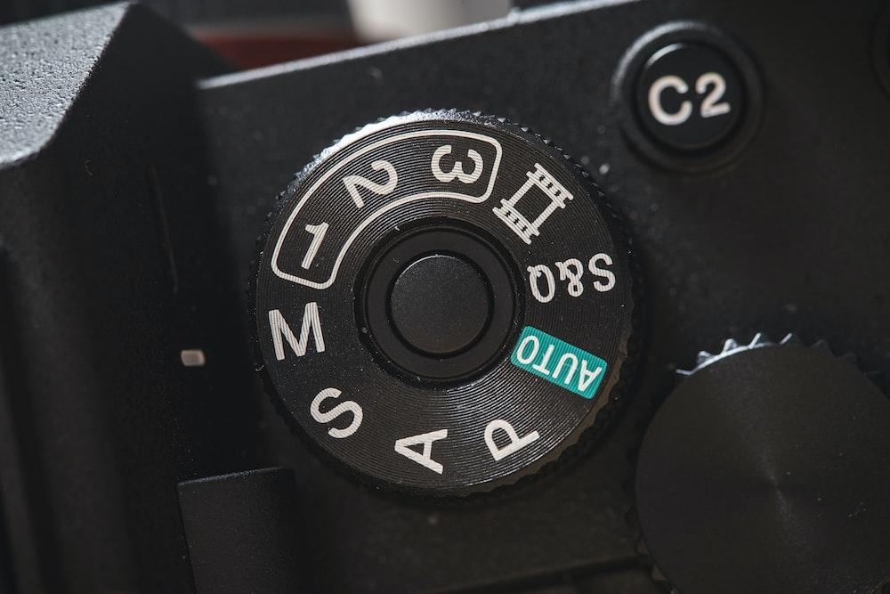 黒と白のオーディオコントローラー