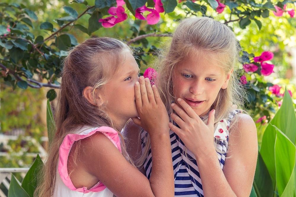 青と白のストライプのタンクトップの女の子の横にあるピンクのタンクトップの女の子